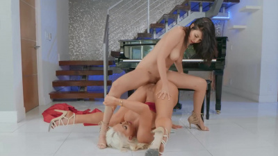 Nicolette Shea and Jade Baker playing with each other's pussies